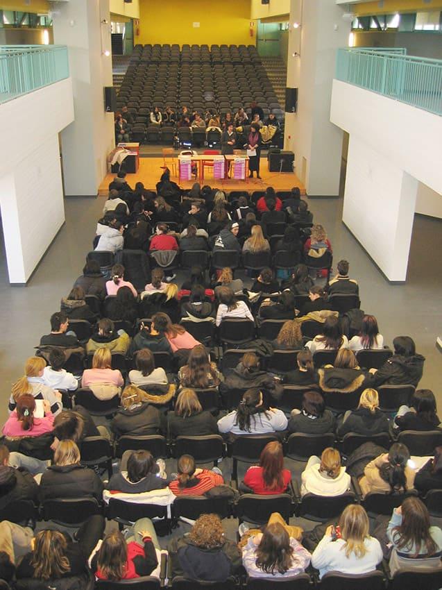 Memorie di Lei: Aula Magna, panoramica degli studenti che seguono la conferenza